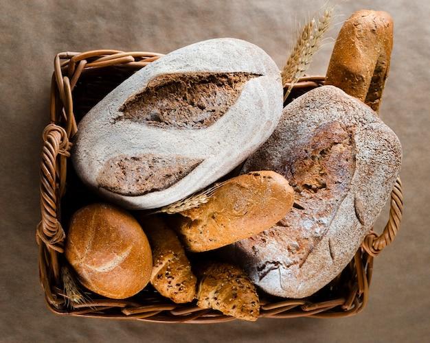 Pose à plat du pain et des croissants dans le panier Photo gratuit