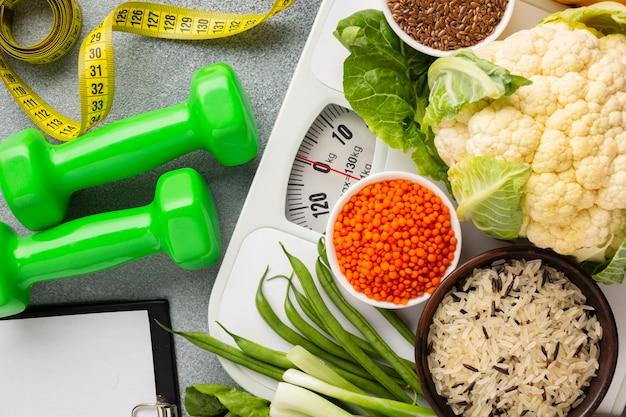 Pose à plat de légumes et de poids Photo gratuit