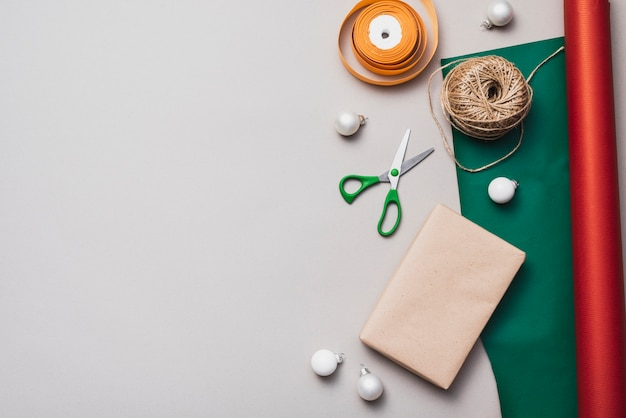 Pose à Plat De Papier D'emballage Avec Ficelle Et Ciseaux Photo gratuit