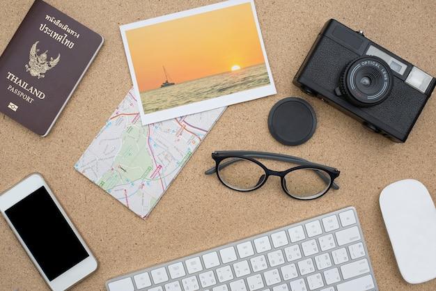 Pose plate d'accessoires sur un bureau en bois Photo Premium