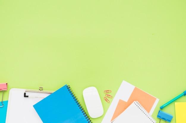Pose plate du bureau en désordre Photo gratuit