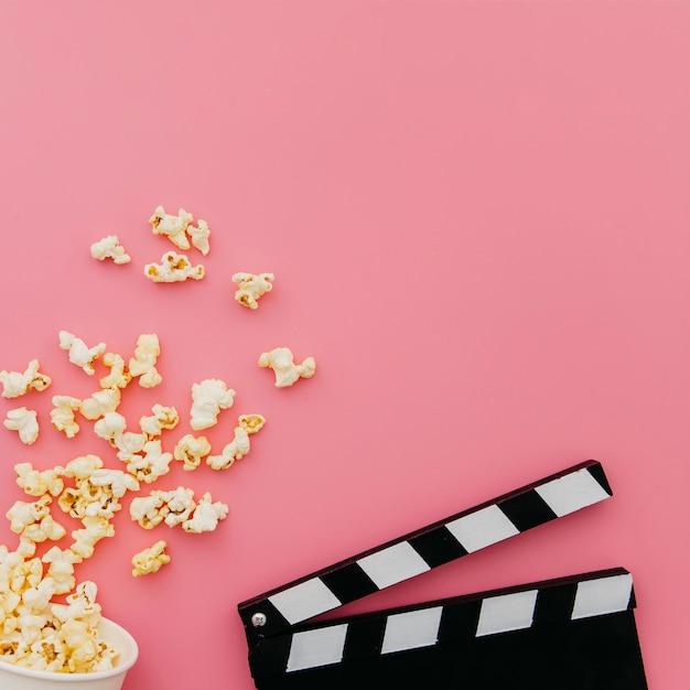 Pose plate d'éléments de cinéma avec fond Photo gratuit