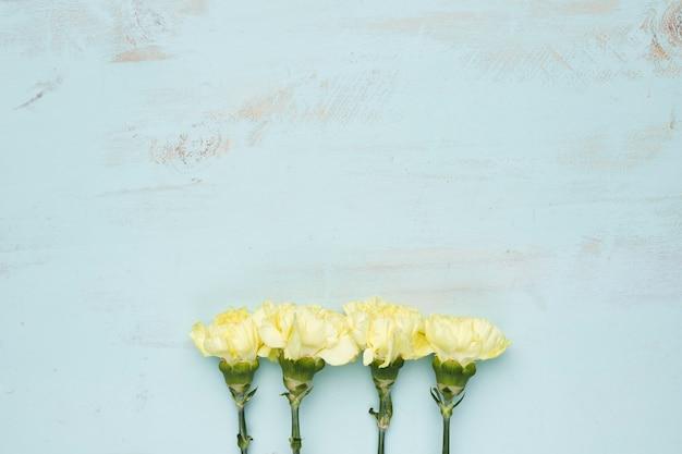 Pose plate de fleurs avec fond Photo gratuit