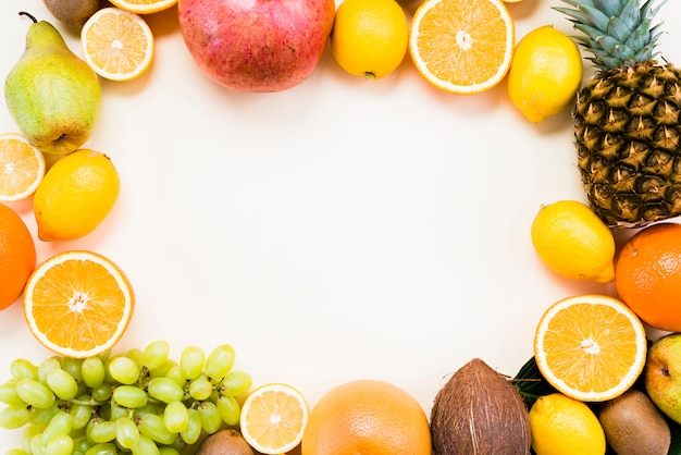 Pose Plate De Fruits Tropicaux Et D'agrumes Photo Premium
