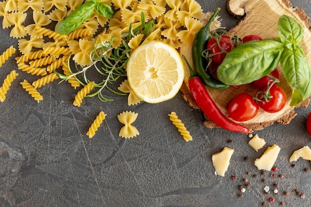 Pose plate d'ingrédients méditerranéens et de pâtes Photo gratuit