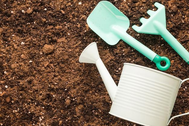 Pose Plate D'outils De Jardinage Avec Fond Photo gratuit