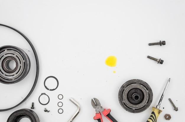 Pose plate d'outils et de pièces mécaniques Photo gratuit