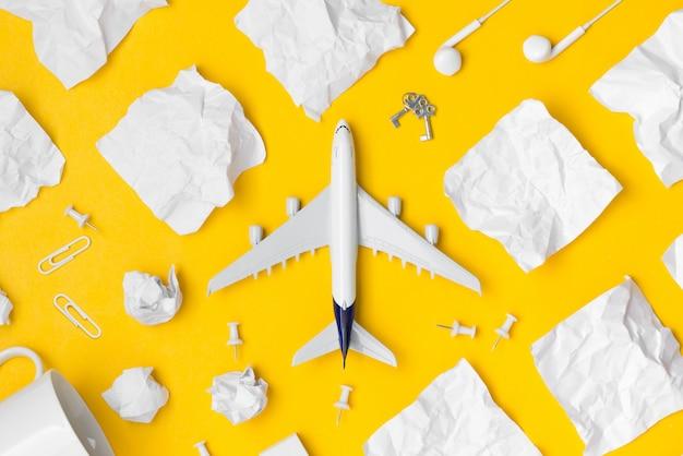 Poser plat de papier planification avion et papier note avec espace vide Photo Premium