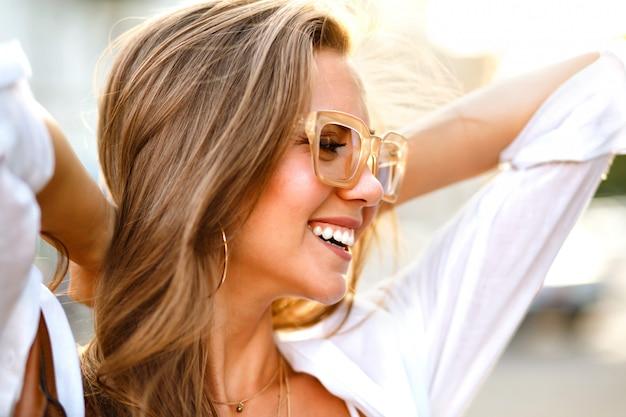 Positif Ensoleillé Gros Plan Portrait De Joyeuse Jeune Femme Magnifique Blogueur Hipster Photo gratuit