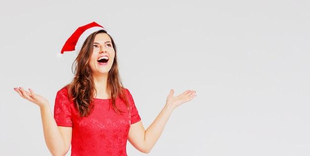 Positif, joyeux belle fille brune en robe rouge et sant Photo Premium