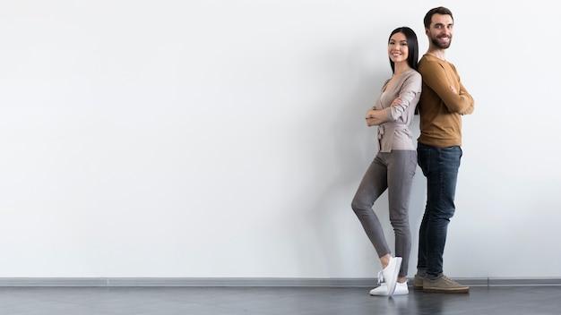 Positif Mâle Et Femme Adulte Posant Avec Copie Espace Photo gratuit