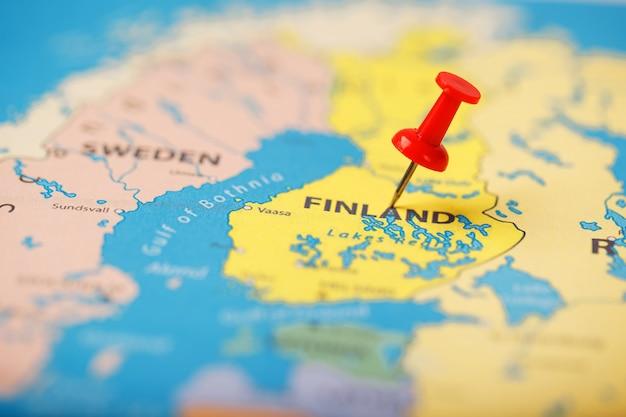 La position de la destination sur la carte de la finlande est indiquée par une punaise rouge. Photo Premium