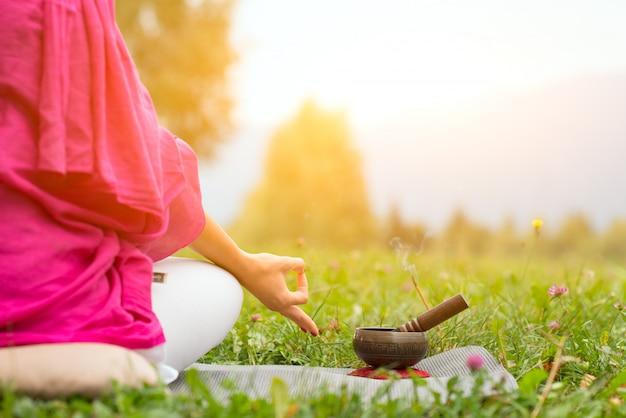 Position de yoga avec cloche tibétaine Photo Premium