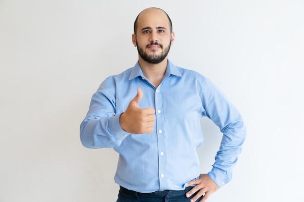 Positive confiant homme d'affaires gesticulant comme Photo gratuit