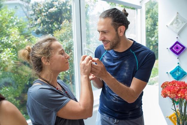 Positive homme et femme discutant en cuisine Photo gratuit