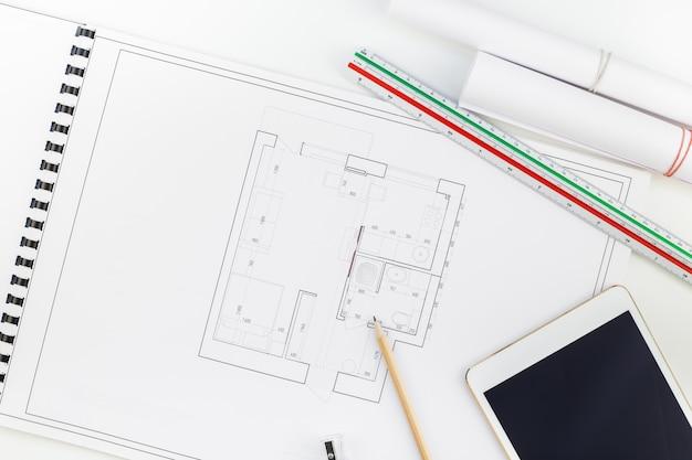 Poste de travail de designer d'intérieur avec plan de maison Photo Premium