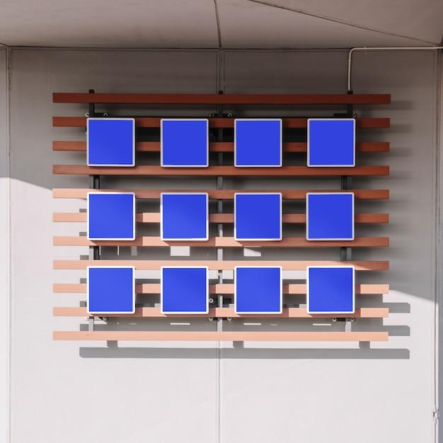 Postes de signe bleu vide sur le mur Photo gratuit