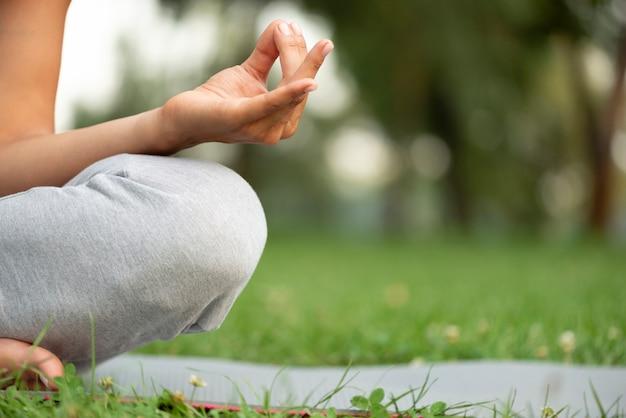 Posture de la main méditation gros plan Photo gratuit