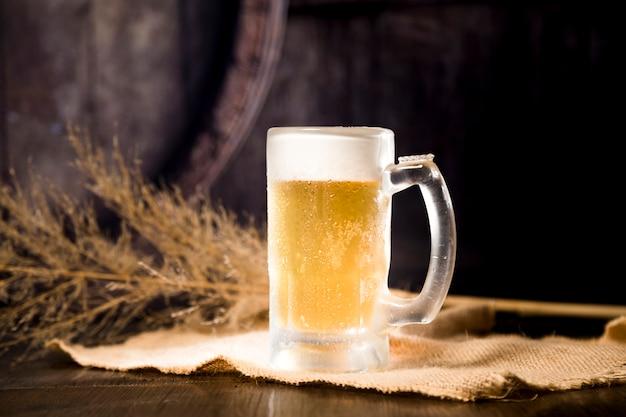 Pot de bière avec branche floue Photo gratuit