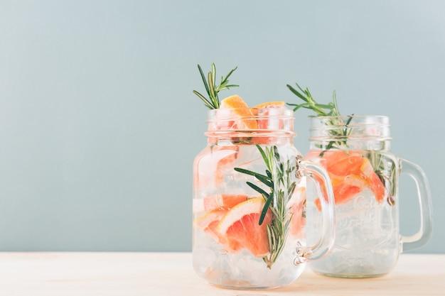 Pot à boire avec boisson aux agrumes Photo Premium