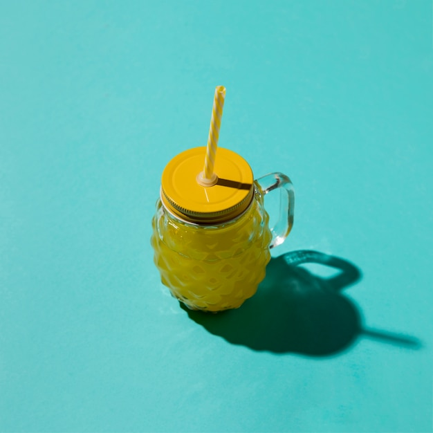 Pot à boire avec de la limonade sur fond bleu Photo gratuit