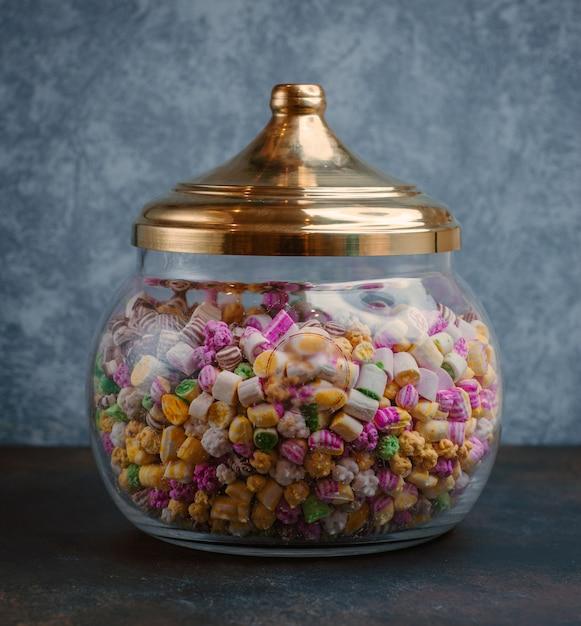 Pot de bonbons sur la table Photo gratuit