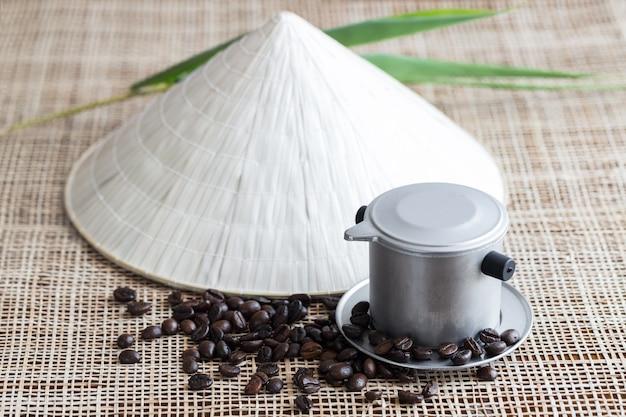 Pot à Café Vietnamien Avec Grains De Café Photo Premium