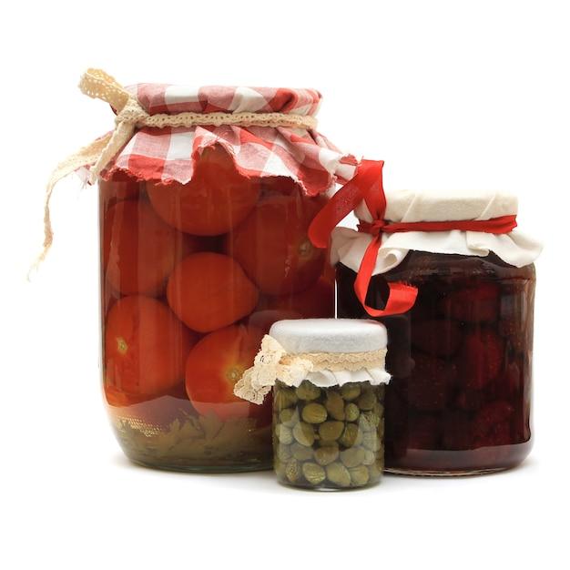 Pot Avec Des Conserves. Confiture De Fraises Maison, Tomates Marinées Et Câpres Isolé Sur Fond Blanc Photo Premium
