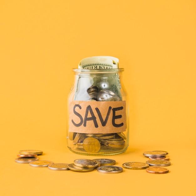 Pot d'économies sur fond orange Photo gratuit