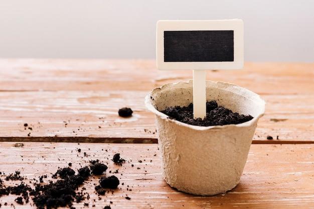 Pot de fleur vue de face sur la table Photo gratuit