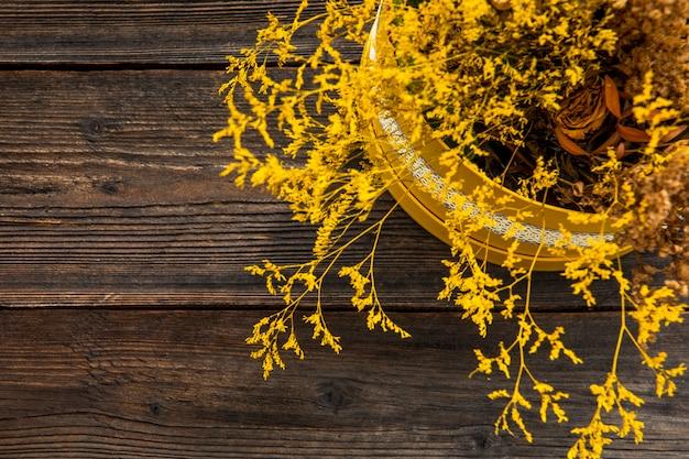 Pot de fleurs sur fond en bois Photo gratuit