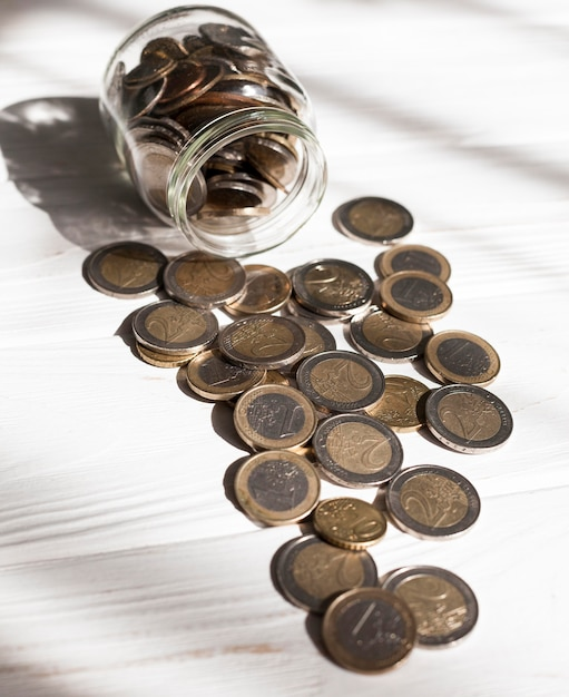 Pot Haute Vue Pleine De Pièces En Euros Photo gratuit