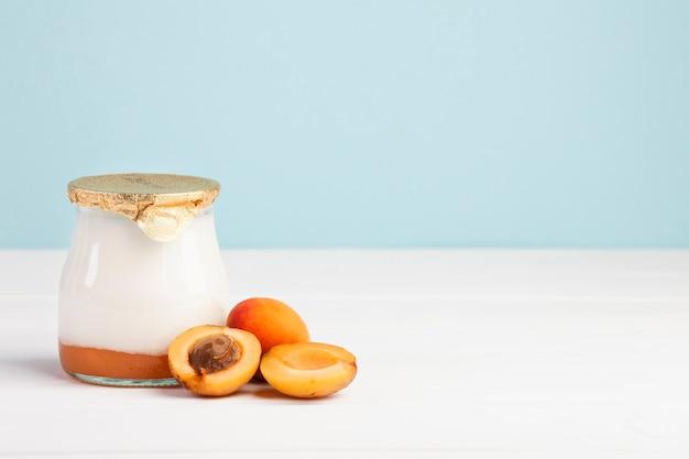 Pot de lait frais et d'abricot Photo gratuit