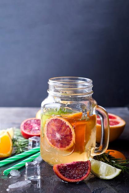 Pot de limonade aux agrumes Photo Premium