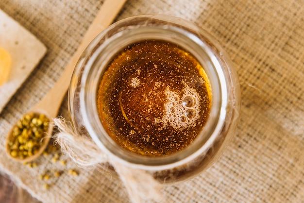 Pot de miel et graines de pollen d'abeille Photo gratuit