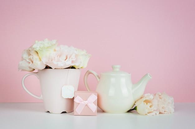 Pot à thé en porcelaine avec cadeau Photo gratuit