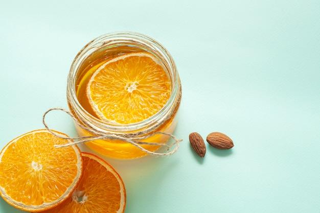 Pot avec des tranches de citron et d'amandes Photo gratuit