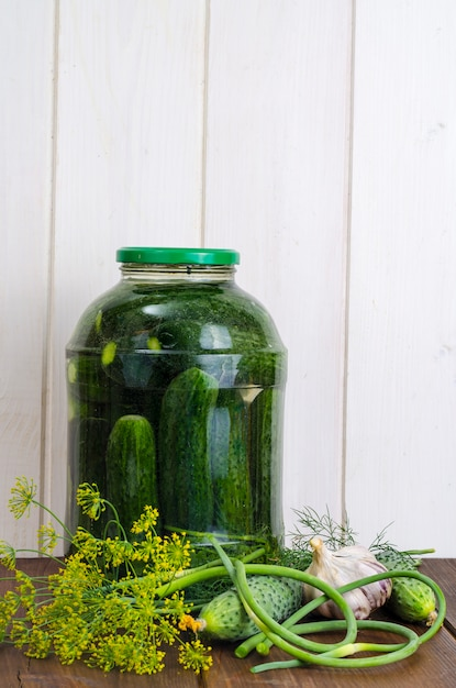 Pot En Verre Avec Concombres Et Herbes Marinés Photo Premium