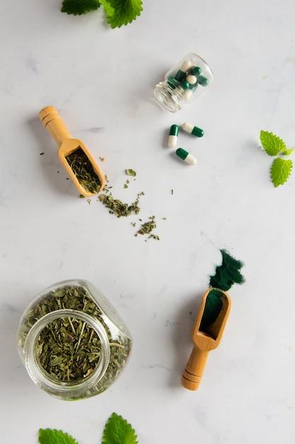 Pot De Vue De Dessus Avec Des Herbes Et Des Capsules Sur La Table Photo gratuit
