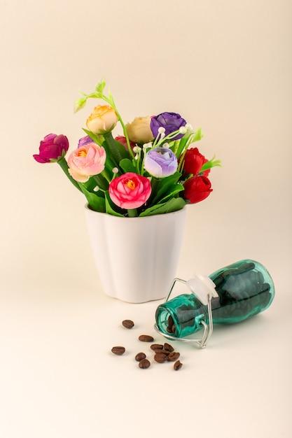 Un Pot De Vue De Face Avec Du Café Et Des Fleurs Sur La Table Rose Graines De Fleurs De Couleur Café Photo gratuit