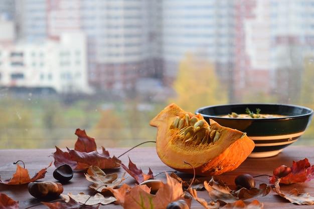 Potage à La Citrouille Nourriture D'automne Feuilles D'érable Feuillure D'automne Nature Morte Photo Premium