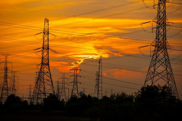 Poteau électrique à haute résistance à la centrale Photo Premium