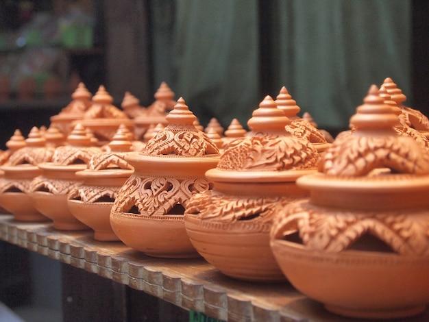 Poterie d'argile traditionnelle thaïlandaise sur l'île de ko kret Photo Premium