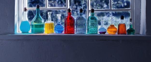 Potions Magiques En Bouteilles Sur Le Rebord De La Fenêtre Photo Premium