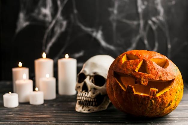 Potiron sculpté et crâne humain avec des bougies Photo gratuit