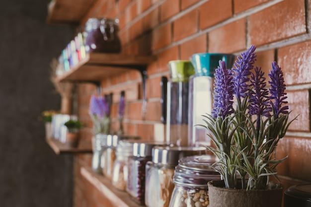 Pots de fleurs sur les étagères Photo gratuit