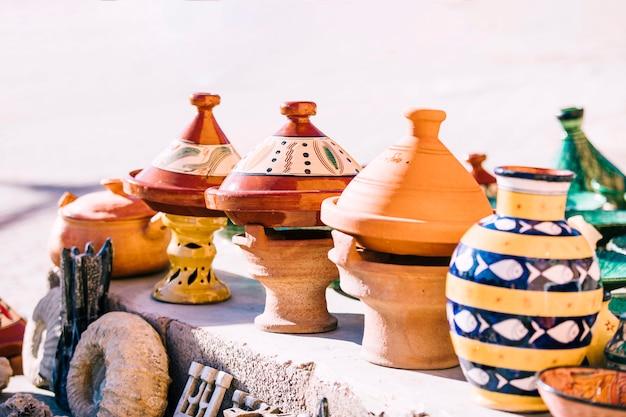 Pots en terre cuite sur un marché au maroc Photo gratuit