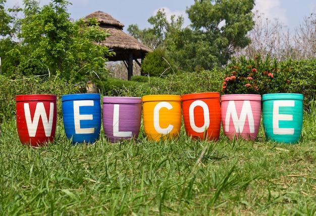 Pots en terre cuite avec message de bienvenue Photo Premium