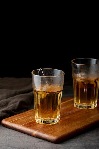 Pots de thé vert sur un support en bois Photo gratuit