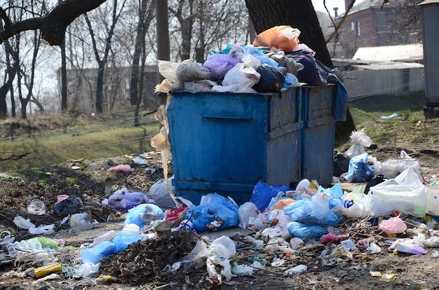 La Poubelle Est Remplie D'ordures Et De Déchets. Photo Premium